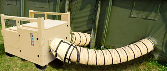 Aire acondicionado AC-M16 montado ene l exterior de una tienda, y conectado por conductos flexibles a la misma.