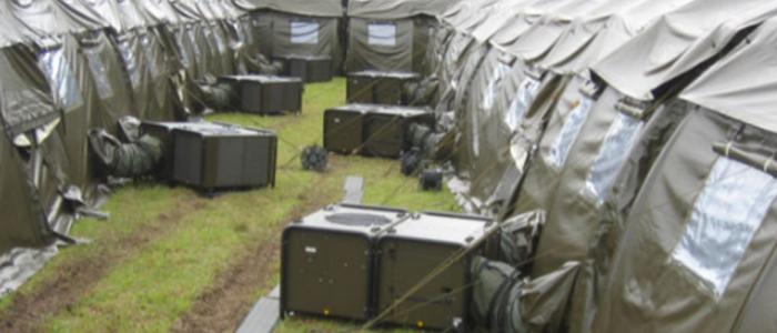 Aire acondicionado AC-M18, montado en el exterior de varias tiendas que forman un hospital de campaña.