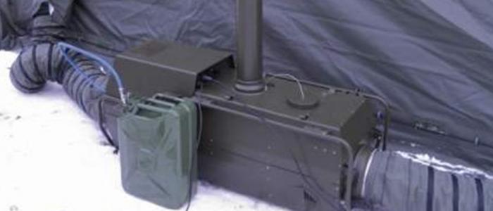 Calefactor VA-M15 MKII instalado en el exterior de una tienda, y conectado por conductos flexibles. Alimentación de fuel por petaca de combustible.