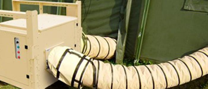 Aire acondicionado AC-M16 en el exterior de la tienda, conectado por conductos flexibles.